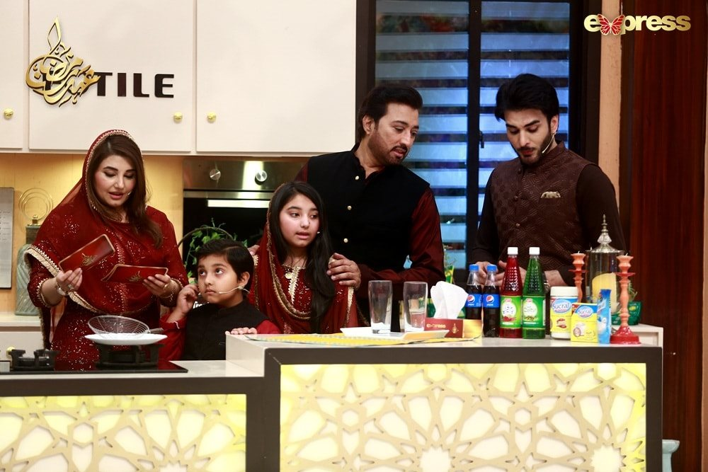 Actors Javeria and Saud with their children in today's Ramzan broadcast on Express TV (4)