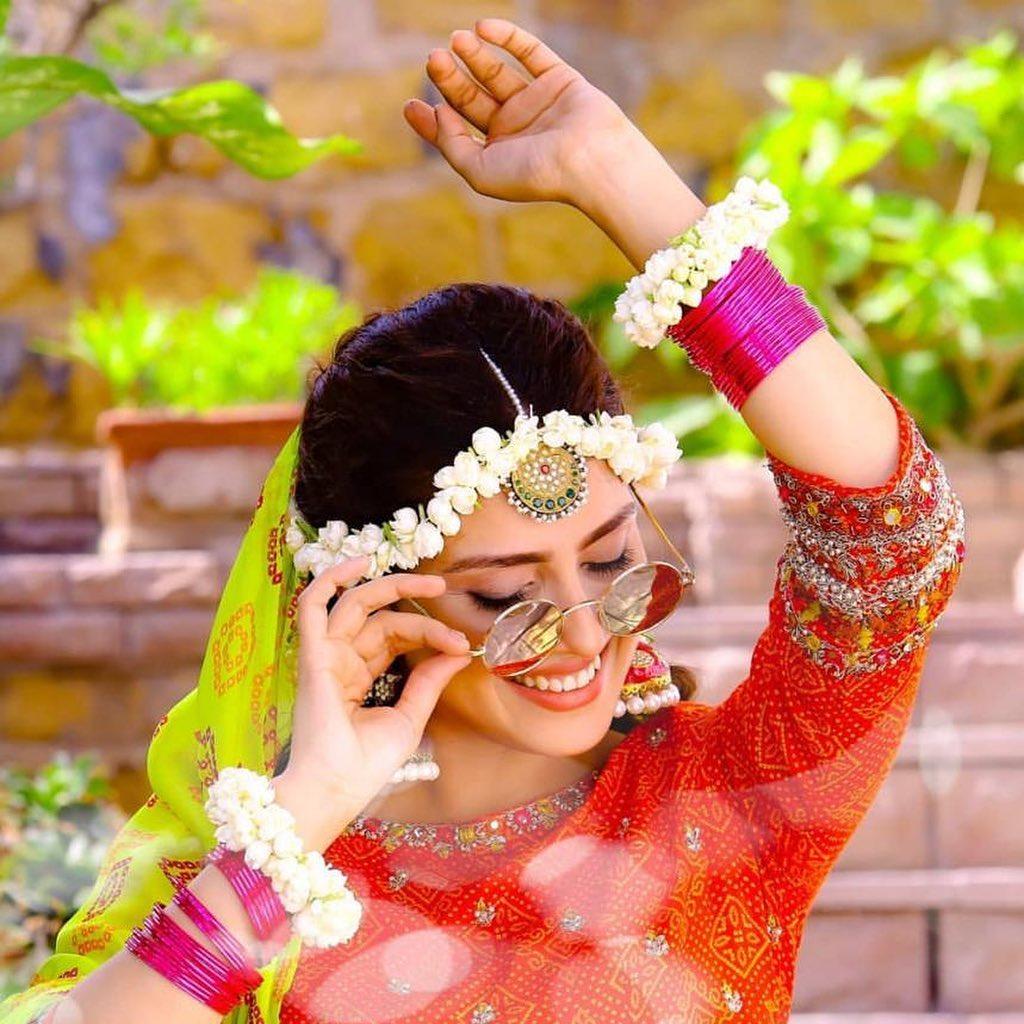 Actress Ayeza Khan New Clicks from Serial Yaariyan in Unique Style (7)
