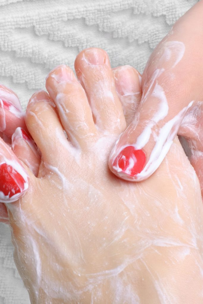 How to do pedicure to whiten your feet at home (3)