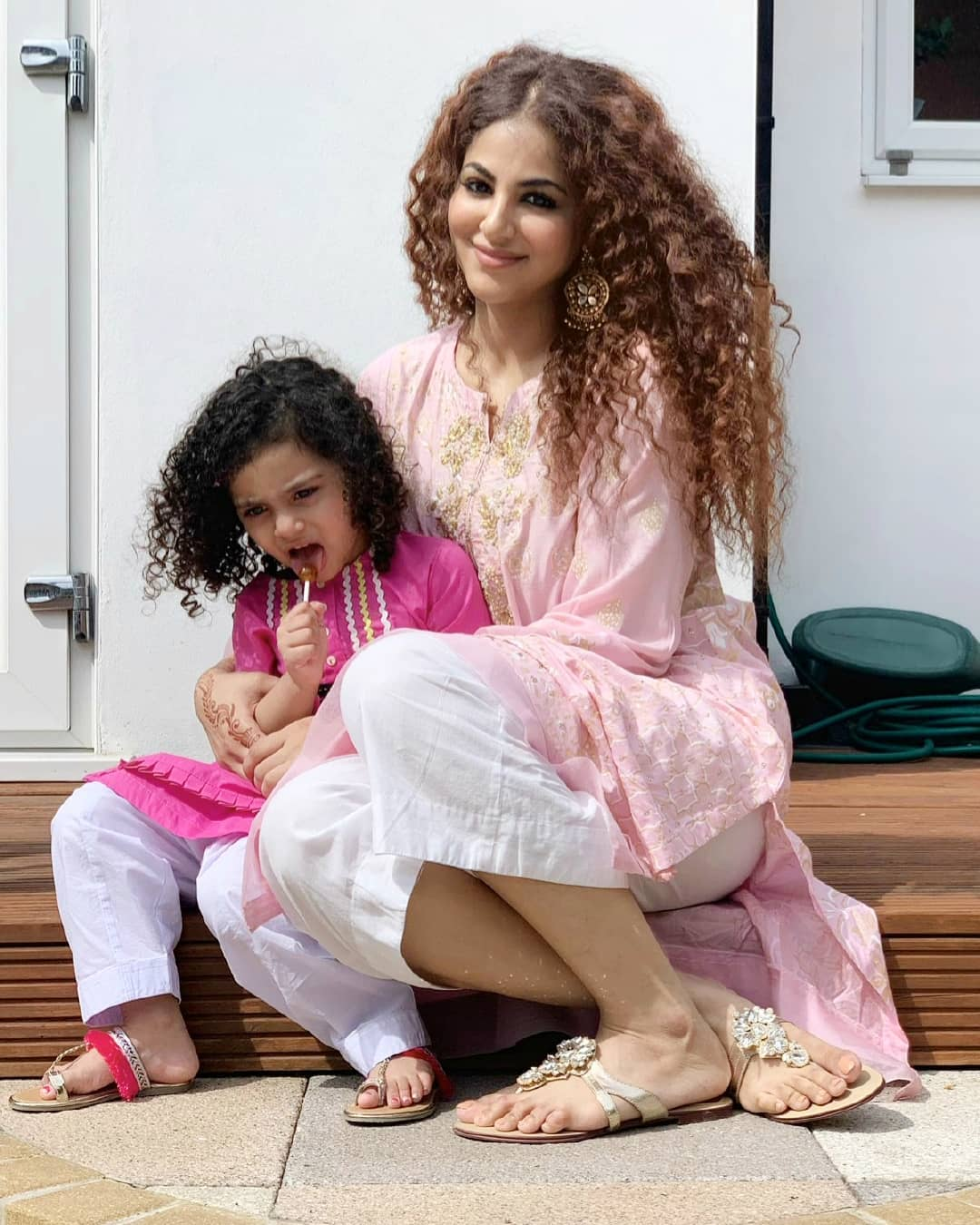 Annie Khalid Pakistani Female Singer Images with her Daughter Isha (11)