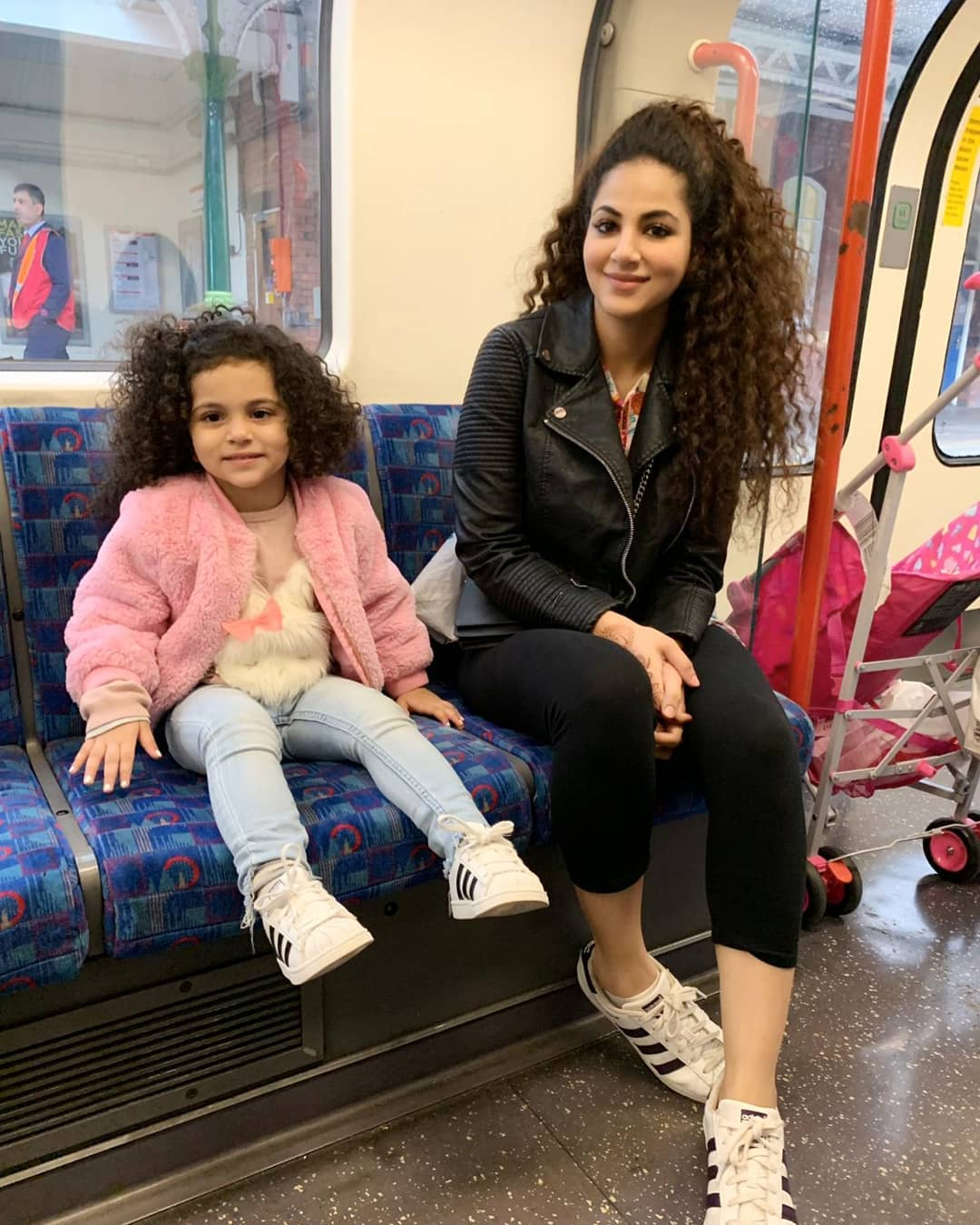 Annie Khalid Pakistani Female Singer Images with her Daughter Isha (12)