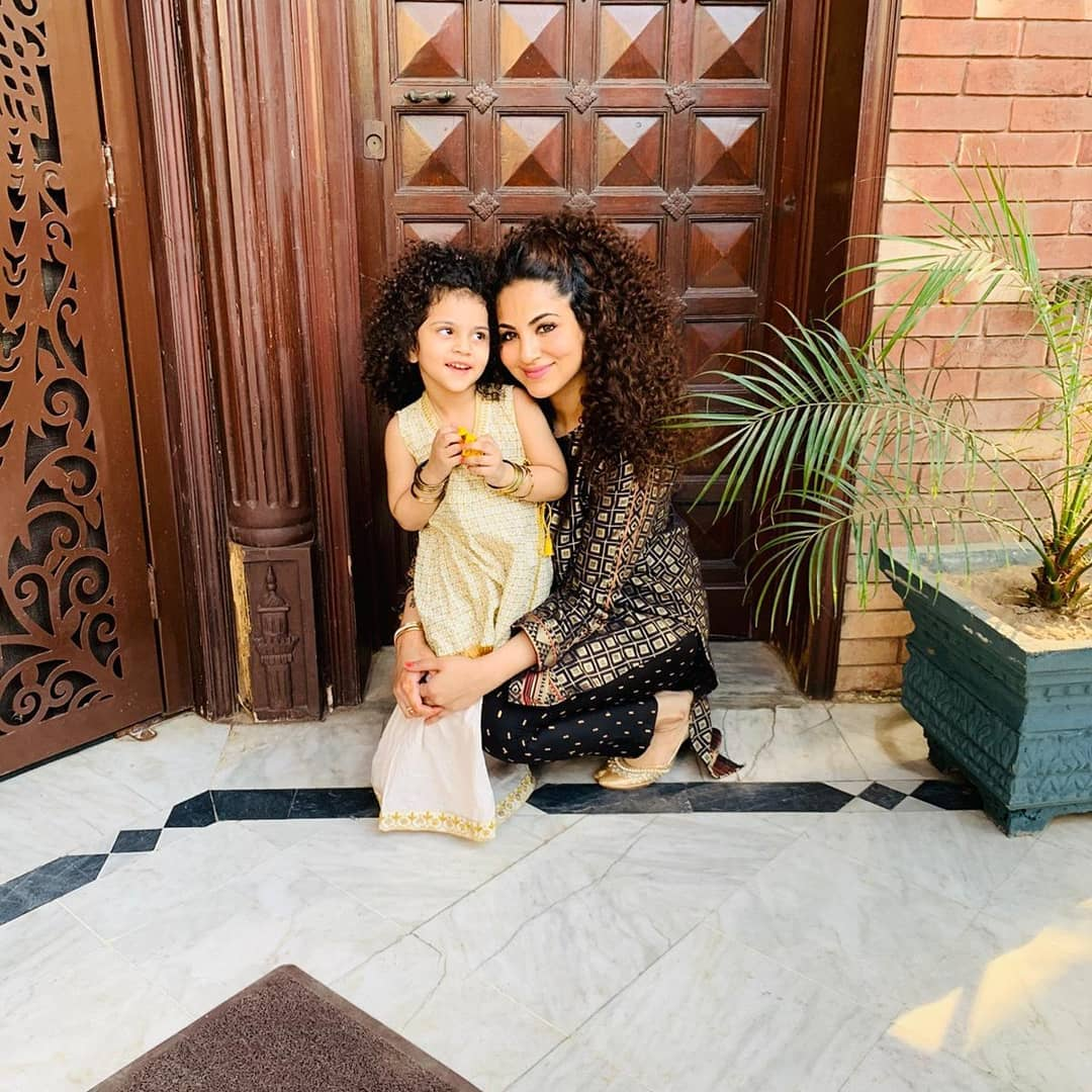 Annie Khalid Pakistani Female Singer Images with her Daughter Isha (13)