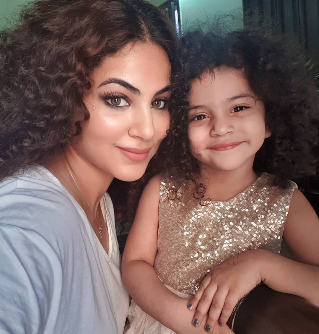 Annie Khalid Pakistani Female Singer Images with her Daughter Isha (15)