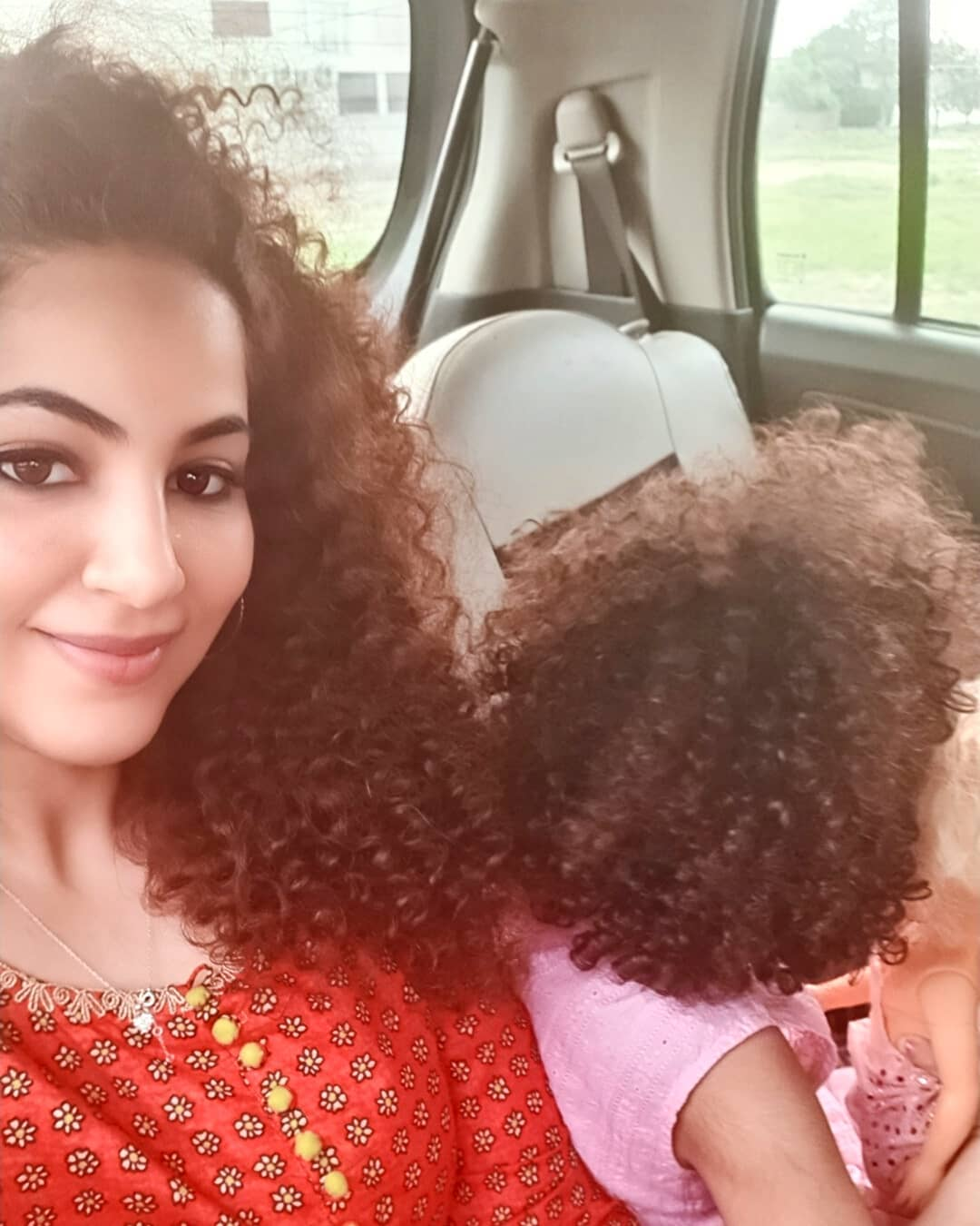 Annie Khalid Pakistani Female Singer Images with her Daughter Isha (9)
