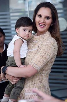 Sania Mirza Malik Latest Images With Her Daughter (7)