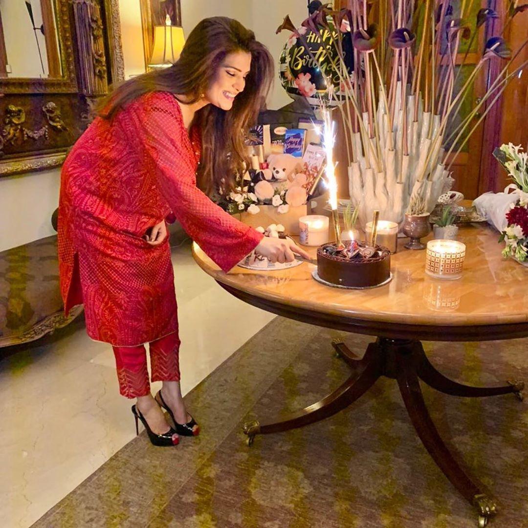 Resham Pakistani Actress Celebrate Birthday Party with Friends (13)