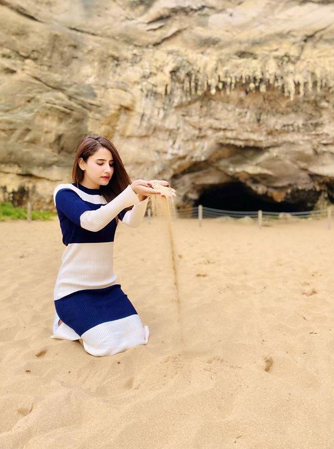 Saniya Shamshad Pakistani Actress Images with her Husband in Australia (13)