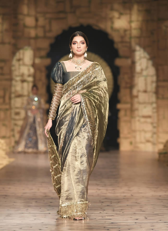 Dastaan-e-Firdaus Bridal Collection at PHBCW19 By Nilofer Shahid (12)