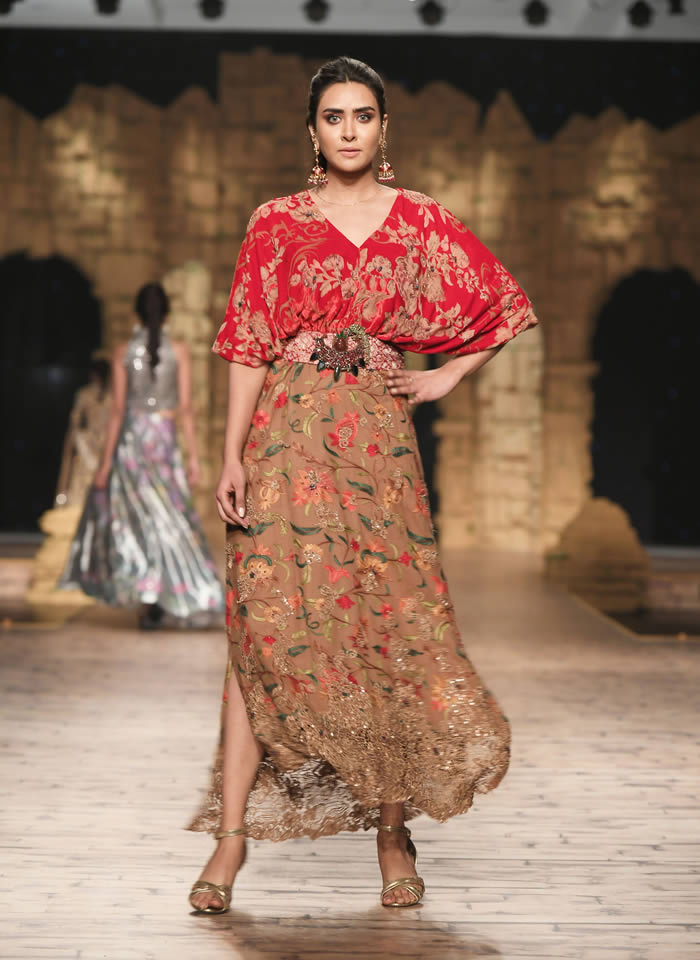 Dastaan-e-Firdaus Bridal Collection at PHBCW19 By Nilofer Shahid (18)