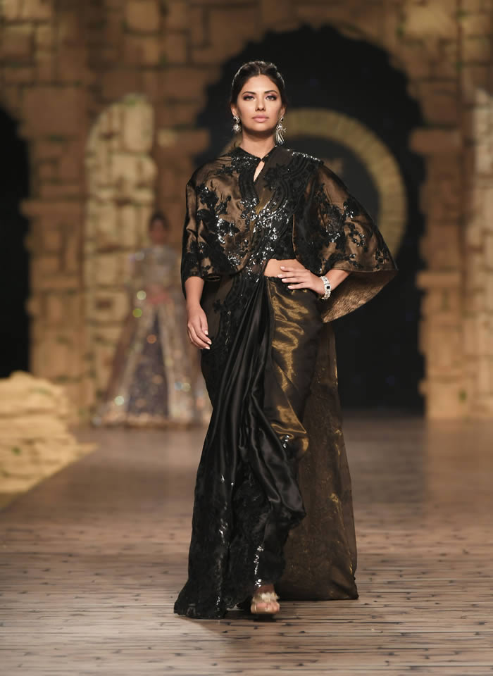 Dastaan-e-Firdaus Bridal Collection at PHBCW19 By Nilofer Shahid (20)