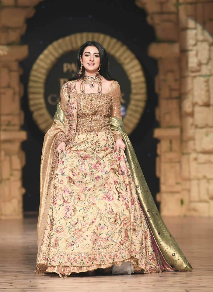 Dastaan-e-Firdaus Bridal Collection at PHBCW19 By Nilofer Shahid (3)