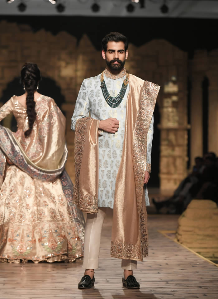 Dastaan-e-Firdaus Bridal Collection at PHBCW19 By Nilofer Shahid (4)