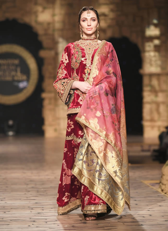 Dastaan-e-Firdaus Bridal Collection at PHBCW19 By Nilofer Shahid (7)