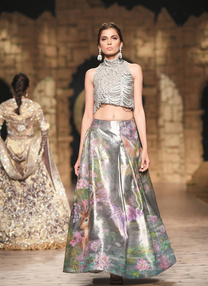 Dastaan-e-Firdaus Bridal Collection at PHBCW19 By Nilofer Shahid (9)